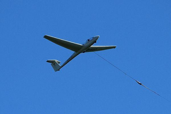 Segelflugzeug wird in die Höhe gezogen